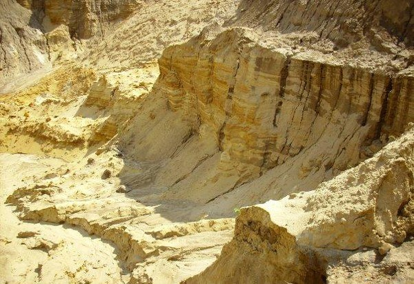 Карьерный песок с доставкой (в мешках и валом)