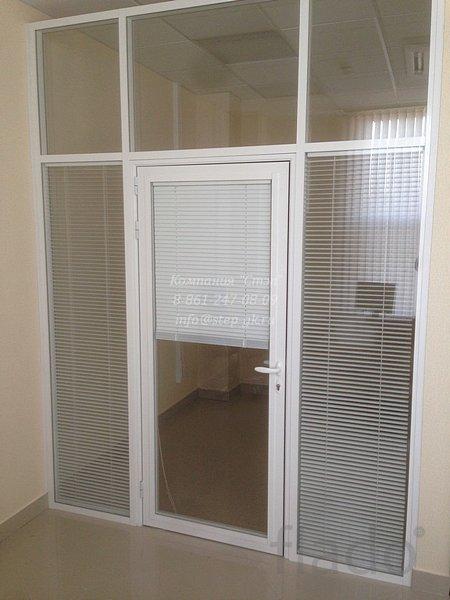Алюмиевые двери с жалюзи