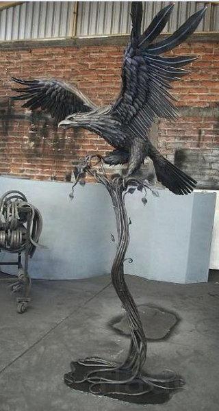 """Скульптура """"Орел на дереве"""""""