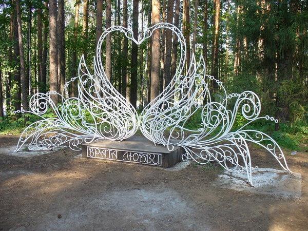 """скульптурная композиция""""Два белых лебедя"""""""