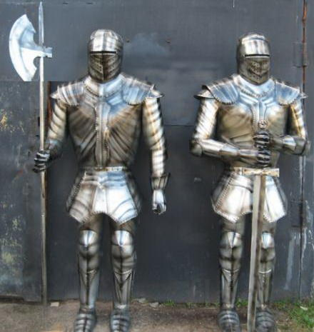 Рыцари-стражники из металла.