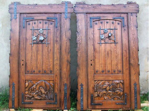Двери,лестницы,кухни,кровати деревянные.