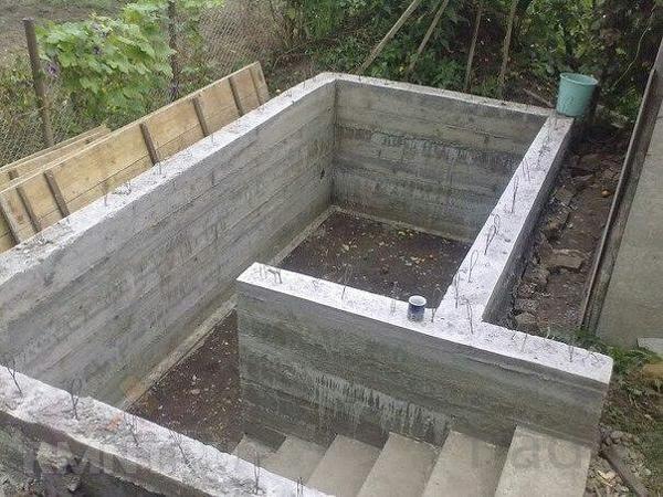 Погреб монолитный железобетонный  с лестницей с боку как полноценный п