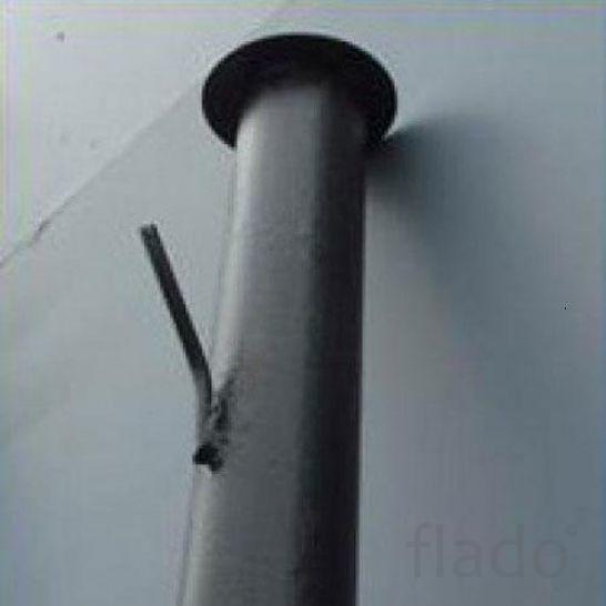 Металлические столбы.  Грунтовка черного цвета.