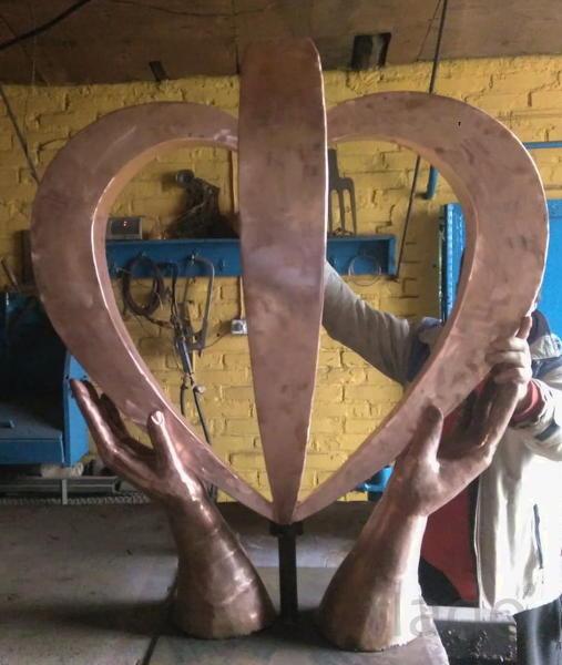 """Скульптура """"Руки ,дарующие жизнь"""""""